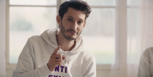 Pierre Niney dans le clip de Balance ton Quoi - Angèle